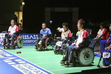 チーム(脳性まひ)決勝でタイと対戦する日本の広瀬(左)、中村(左から3人目)、杉村(左から4人目)=リバプール(共同)