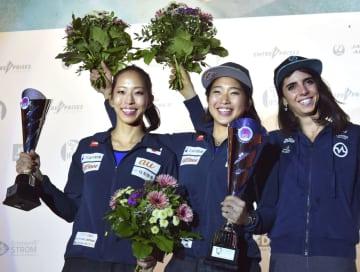 W杯ボルダリング女子総合優勝し、表彰式で笑顔を見せる野中生萌(中央)と同2位の野口啓代(左)。右は同3位のファニー・ジベール=ミュンヘン(共同)