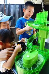 遊具の流しそうめんを楽しむ子どもたち。ドーナツ型とスライダー型を組み合わせたような商品も=神戸市灘区、にはとりや六甲道店(撮影・大山伸一郎)