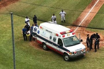 3回表、頭部に死球を受け、担架で救急車に乗せられて病院に運ばれる池田陵真捕手【写真:福岡吉央】