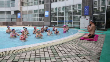 74歳の「ヨガおじいさん」水中ヨガ教室開講 杭州市