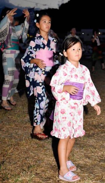 新居浜市大島の夏祭りで念仏踊りを踊る観光客ら