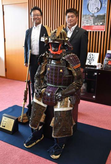延岡青年会議所と同会議所シニア会が制作した内藤政挙公の甲冑レプリカ