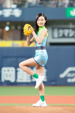 オリックス・バファローズ対福岡ソフトバンクホークス戦で始球式に登板した小島瑠璃子さん