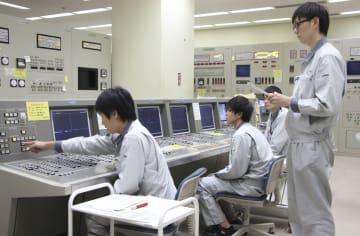 高速増殖原型炉もんじゅの使用済み核燃料取り出しに向けた訓練を行う操作員=19日午前、福井県敦賀市(日本原子力研究開発機構提供)