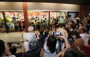 多くの市民が見守る中、最後の営業を終えたイトーヨーカドー丸大柏崎店=19日、柏崎市駅前2