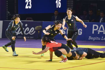 インドネシア選手(中央下)を捕まえようとする日本チーム=ジャカルタ(共同)