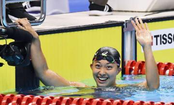 ジャカルタ・アジア大会の競泳女子100メートル平泳ぎで優勝し、歓声に応える鈴木聡美=19日、ジャカルタ(共同)