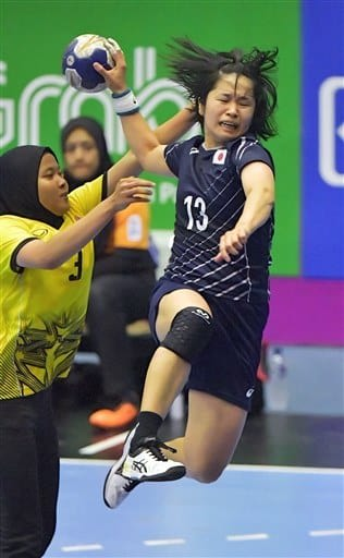 【ハンドボール女子予選リーグ・日本-マレーシア】後半、日本の勝連が相手ディフェンスを振り切り、シュートを決める=ポプキ体育館(高見伸)