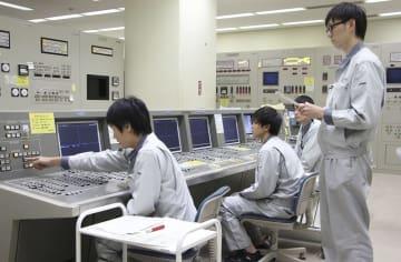 高速増殖原型炉もんじゅの使用済み核燃料取り出しに向けた訓練を行う操作員=8月19日午前、福井県敦賀市(日本原子力研究開発機構提供)