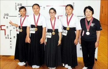 女子団体で3位になった板野の(左から)藤井、合田、鴻池、山口=東京・全日本弓道連盟中央道場