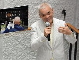 「ねこの京都」に並ぶ作品を撮影したときのエピソードを語る岩合さん