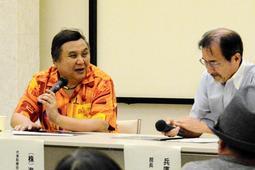 海洋堂のフィギュア製作へのこだわりなどについて語った宮脇修一社長(左)=姫路市本町