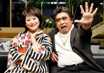インタビュー中も終始、息ピッタリだった2人。「歌あり笑いありのショー。この世界観を楽しんで!」=7月下旬、松山市大手町1丁目