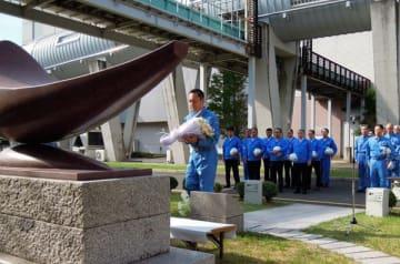 【安全記念碑に献花する鈴木知事=桑名市多度町力尾で】