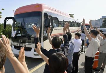 南北離散家族の再会事業で、金剛山に向け韓国北東部・束草を出発する韓国側の参加者らを乗せたバス=20日(共同)