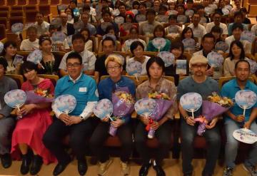 試写会終了後に記念撮影をする原作者の森沢さん(前列右から2人目)=船橋市民文化センター