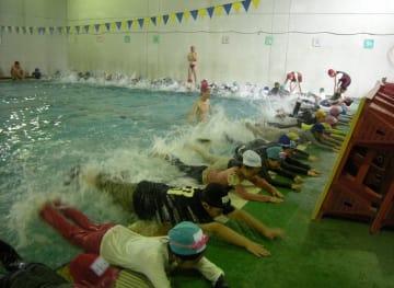 佐倉市が導入している民間スイミングクラブによる小学校の水泳授業。好評なことから、民間活力を活用した学校プールの全廃・集約化を検討する(市提供)