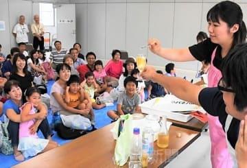 「台所」に科学の不思議 子ども科学館で実験ショー
