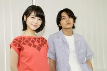 映画「君の膵臓をたべたい」でダブル主演を務めた浜辺美波さん(左)と北村匠海さん