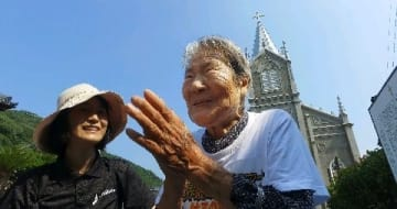 101歳女子アナ、崎津をゆく 熊本・天草市の世界遺産 ネット放送局が番組 潜伏キリシタン「すごかぁ」