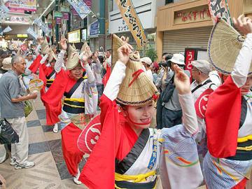 掛け声に合わせて一斉に踊りを披露する参加者ら=19日、大阪市北区の天神橋筋商店街