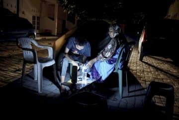 大きな地震の後、屋外で過ごす人たち=19日、インドネシア・ロンボク島(アンタラ・フォト提供、ロイター=共同)