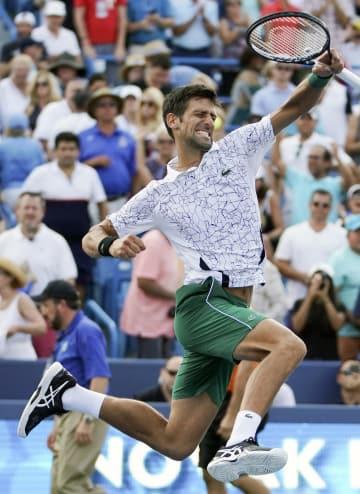 ウエスタン・アンド・サザン・オープン決勝でフェデラーを破り、ガッツポーズのジョコビッチ=19日、シンシナティ(AP=共同)