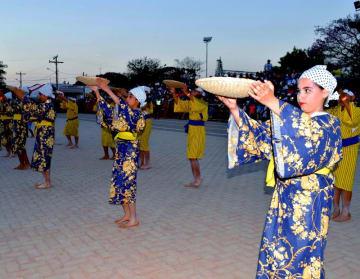 谷茶前を披露するオキナワ第一日ボ校の生徒たち=ボリビア・オキナワ第1移住地