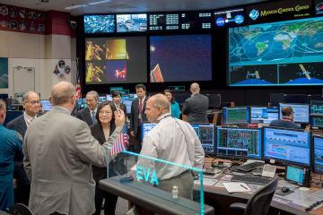 米航空宇宙局(NASA)ジョンソン宇宙センターを見学する台湾の蔡英文総統(手前中央)=19日、米テキサス州ヒューストン(台湾総統府提供・共同)
