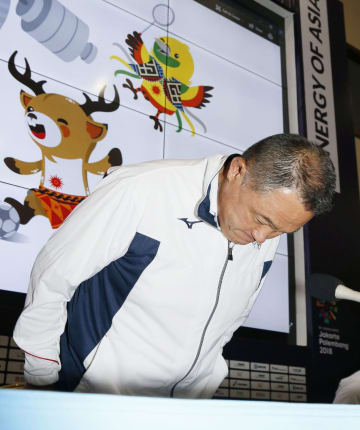 ジャカルタ・アジア大会のバスケ男子日本代表選手の問題に関する記者会見で、謝罪する日本選手団の山下泰裕団長=20日、ジャカルタ(共同)