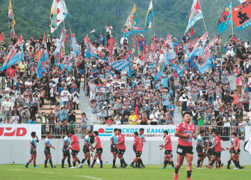 完成したスタジアムで繰り広げられた熱戦に、大勢の観客が大漁旗を振って声援を送った
