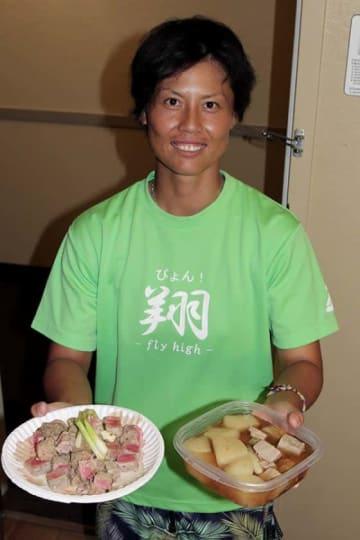 マグロと大根の煮物とマグロステーキをスタッフに差し入れする里【写真:石川加奈子】