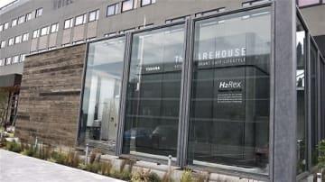 ホテル正面右側にエネルギーを供給する東芝製の水素燃料電池システムがある