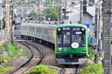 運行が延長されるラッピング電車「青ガエル」(東急電鉄提供)
