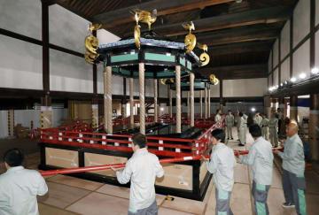 京都御所・紫宸殿で報道陣に公開された、「即位礼正殿の儀」で新天皇が使う「高御座」の解体作業。奥は「御帳台」=20日午後、京都市