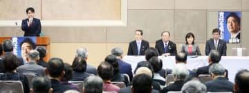 昨年12月に開かれた自民党福井県連定期大会の来賓あいさつで、会長人事について意見を述べる滝波宏文氏(左)=サンドーム福井