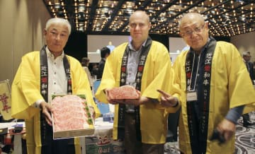 ジェトロ主催の日本産食品の商談会に出展した近江牛輸出振興協同組合のメンバーら=20日、シドニー(共同)