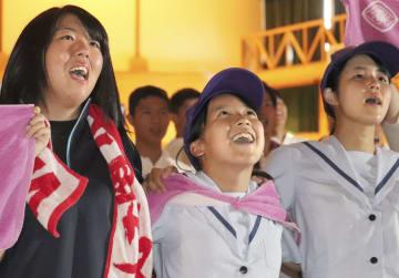 金足農の決勝進出が決まり、体育館で肩を組んで校歌を合唱する生徒=20日午後、秋田市