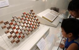 幕末-明治期の世相を伝える品々が並ぶ展示場=兵庫県立歴史博物館