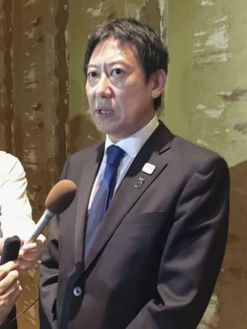 バスケットボール男子日本代表の4人が選手団を追放された問題を受け、取材に応じるスポーツ庁の鈴木大地長官=20日、ジャカルタ(共同)
