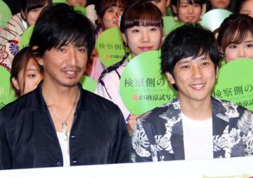 映画「検察側の罪人」のイベントに登場した木村拓哉さん(左)と「嵐」の二宮和也さん