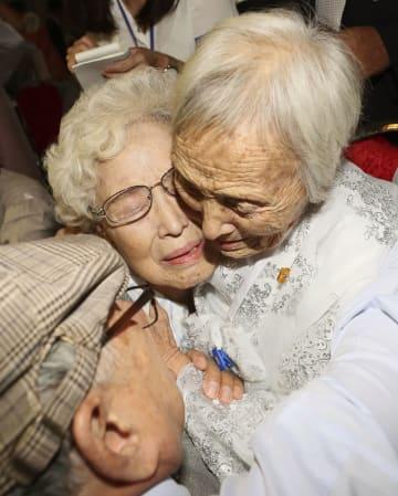 20日、北朝鮮の金剛山で始まった南北離散家族の再会事業で、再会を抱き合って喜ぶ姉妹ら(聯合=共同)
