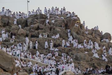 20日、サウジアラビア西部メッカ郊外のアラファト山に集まる巡礼者たち(AP=共同)