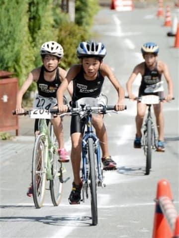 バイクで懸命に坂道を上る参加者=宇城市