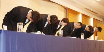 日本バスケットボール協会が開いた記者会見で謝罪する(左から)永吉佑也、橋本拓哉、(2人おいて)佐藤卓磨、今村佳太の4選手。中央左は三屋裕子会長=20日夜、東京都内のホテル