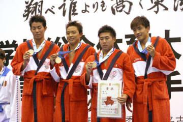 男子400メートルメドレーリレーで初優勝し笑顔を見せる京都外大西の(左から)山元、森、団、岡本=日本ガイシアリーナ