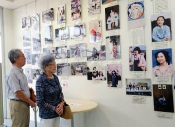 横田めぐみさんとの思い出の写真を見つめる早紀江さん(右)=川崎市麻生区の市アートセンター