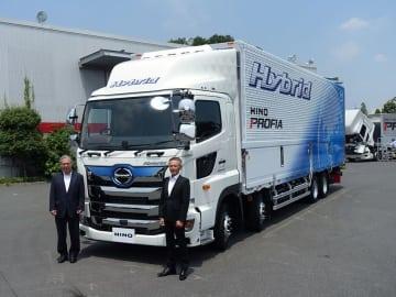 日野自動車遠藤真副社長(左)と技術責任者の山口公一参与(右)