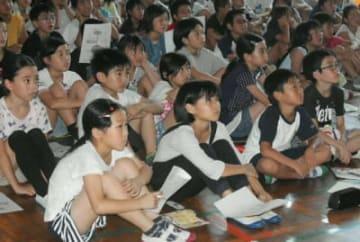消費生活啓発講座で、ネットトラブルに巻き込まれないための知識を身に付ける児童=別府市の上人小学校